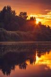 Achtergrond van van de Zonsonderganghemel en Rivier bezinningen mooi landschap met natuurlijke kleuren Stock Afbeeldingen