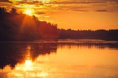 Achtergrond van van de Zonsonderganghemel en Rivier bezinningen mooi landschap met natuurlijke kleuren Stock Afbeelding