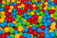 Achtergrond van vele gekleurde plastic ballen royalty-vrije stock foto's