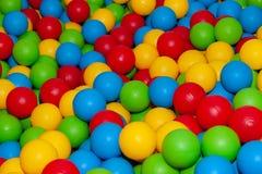 Achtergrond van vele gekleurde plastic ballen stock foto