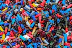Achtergrond van vele kleurrijke geschotene lege jachtgeweershells stock foto