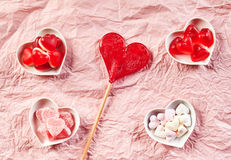 Achtergrond van verfrommeld roze document met suikergoed Royalty-vrije Stock Fotografie