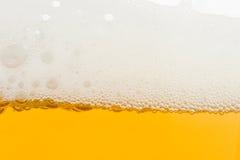 Achtergrond van vers schuimend bier. Stock Foto's