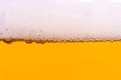 Achtergrond van vers schuimend bier. Stock Afbeeldingen