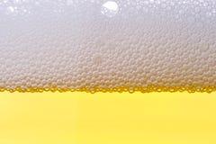 Achtergrond van vers schuimend bier. Stock Fotografie