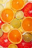 Achtergrond van verschillende gekleurde plakken van citrusvruchten dicht omhoog Royalty-vrije Stock Afbeeldingen