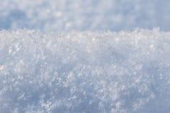 Achtergrond van verse sneeuw Natuurlijke de winterachtergrond Sneeuwtextuur in blauwe toon royalty-vrije stock afbeeldingen