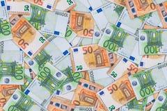 Achtergrond van a van vijftig honderd euro bankbiljetten stock afbeeldingen