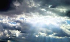 Achtergrond van zon de stralen gedachte donkere wolken Stock Foto's