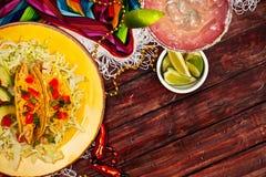 Achtergrond: Vertoning van Taco's en Margarita voor Cinco De Mayo stock foto