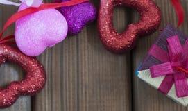 Achtergrond voor de Dag van Valentine, giftomslag en harten Stock Foto's