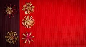 Achtergrond voor de Vrolijke kaart van de Kerstmisgroet met strodecoratie op geweven document Royalty-vrije Stock Afbeeldingen
