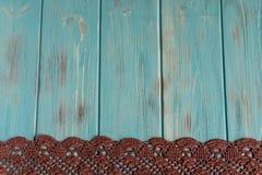 Achtergrond voor groetkaart met kant Houten blauwe achtergrond met gebreid kant Kader voor tekst met kant Handwerk, vakantie, stock foto's
