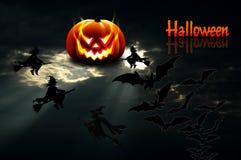 achtergrond voor Halloween De maan in de vorm van een pompoenscheenbeen stock afbeelding
