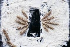 Achtergrond voor opname van kruimelig wit tarwemeel, rijp Goud stock fotografie