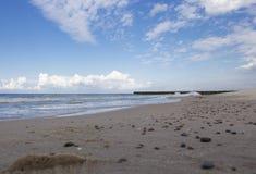 Achtergrond, zandig strand tegen turkooise overzees en blauwe sky3 royalty-vrije stock foto's
