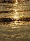 Achtergrond. Zonne vonken op water. stock afbeelding
