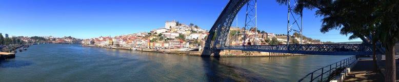Achtergrondcityscape panorama van de dijk van de rivier Douro en Dom Luis Iron Bridge in Porto, Portugal royalty-vrije stock afbeeldingen
