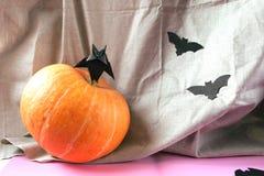 Achtergronddecoratie Halloween Document knuppels en pompoen Royalty-vrije Stock Afbeelding