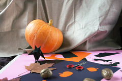 Achtergronddecoratie Halloween Document knuppels, pompoen en esdoornbladeren Royalty-vrije Stock Afbeeldingen