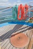 Achtergronddek varend schip Stock Foto
