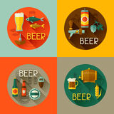 Achtergronden met bierpictogrammen en voorwerpen in vlakte Stock Afbeelding