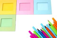 Achtergrondfotokaders en gekleurde pennen stock foto