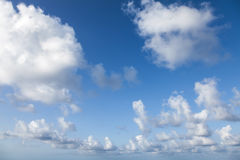 Achtergrondfototextuur van blauwe bewolkte hemel Stock Afbeeldingen