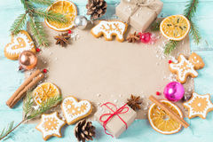 Achtergrondgiften, Kerstmiskoekjes en sinaasappelen op een blauwe backgr Stock Foto