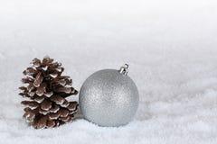 Achtergrondkerstmisdecoratie met de bal en sno van de Kerstmisboom Royalty-vrije Stock Afbeeldingen
