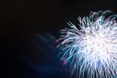 Achtergrondneonvuurwerk in de nacht donkere hemel Royalty-vrije Stock Foto's