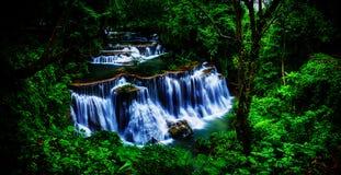 Achtergrondonduidelijk beeld en de zachte waterval van nadrukhuay Mae Kamin in Thail Stock Foto's