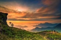 Achtergrondonduidelijk beeld overzeese mist op de berg met de hemel en de wolken Royalty-vrije Stock Fotografie