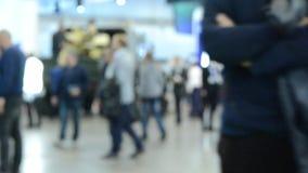 Achtergrondonduidelijk beeldmensen die binnen en in een winkelcomplex of een centrum lopen stock video