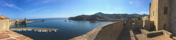 Achtergrondpanorama van de dijk van Collioure, de baai van de Middellandse Zee royalty-vrije stock foto