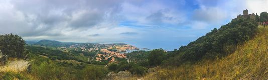 Achtergrondpanorama van de stad van Collioure en de vesting op de berg, van de weg aan de vesting royalty-vrije stock afbeeldingen