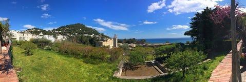 Achtergrondpanorama van het oude klooster en de kust, op de rand van Capri, op het Eiland Capri royalty-vrije stock afbeelding