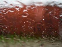 Achtergrondregendruppels op het glas stock afbeeldingen