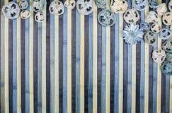 Achtergrondsamenstelling op hout in schaduwen van lichtblauw en blauw met een passende welriekend mengsel van gedroogde bloemen e stock foto's