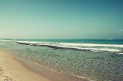 Achtergrondstrand en overzeese golven, uitstekende filter Royalty-vrije Stock Foto's