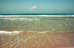 Achtergrondstrand en overzeese golven, uitstekende filter Stock Fotografie