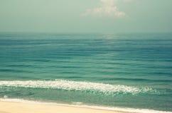 Achtergrondstrand en overzeese golven, uitstekende filter Stock Afbeeldingen