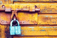 Achtergrondtextuur met een slot op de deur stock fotografie