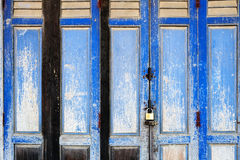 Achtergrondtextuur op oude rustieke blauwe houten vouwende deur van klassieke Chinees-Portugese architecturale stijl die shophous Royalty-vrije Stock Foto