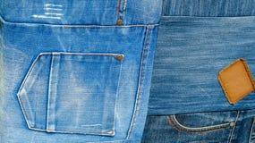 Achtergrondtextuur van denimstof met zakken en gestikte naden met knopen en klinknagels van verschillende stukken jeans Stock Fotografie