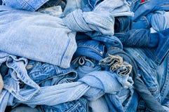 Achtergrondtextuur van denimstof met zakken en gestikte naden met knopen en klinknagels van verschillende stukken jeans Royalty-vrije Stock Afbeelding