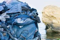 Achtergrondtextuur van denimstof met zakken en gestikte naden met knopen en klinknagels van verschillende stukken jeans Stock Afbeelding
