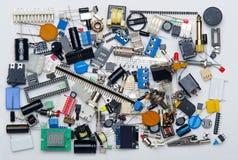 Achtergrondtextuur van elektronische componentencondensatoren, resisto stock fotografie