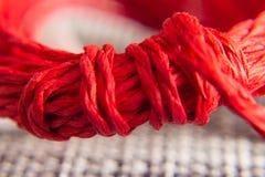 Achtergrondtextuur van rode kabel met knoop concept en ontwerp royalty-vrije stock foto