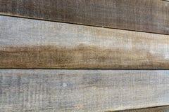 Achtergrondtextuur van rustiek bruin natuurlijk hardhout met een distinctief houten korrelpatroon voor gebruik een ontwerpsjabloo stock afbeeldingen